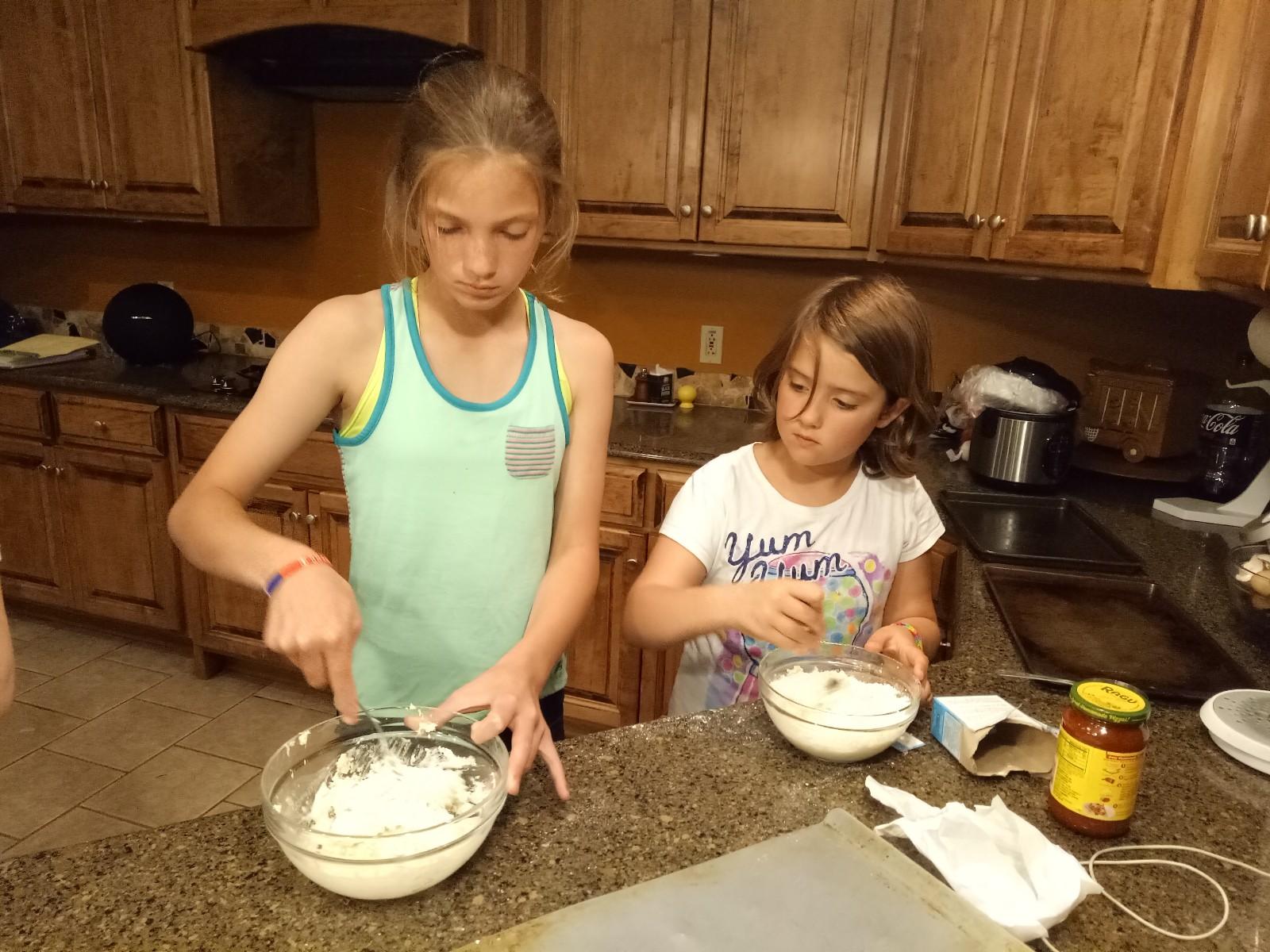 室友叔叔家的女儿们做Pizza